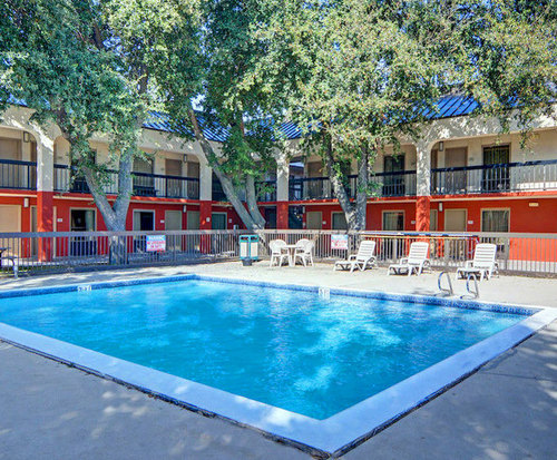 Outdoor Swimming Pool of Quality Inn at Arlington Highlands