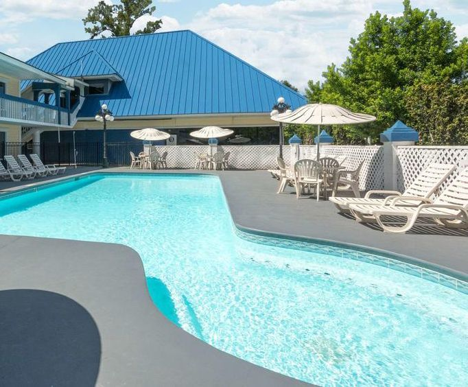 Outdoor Swimming Pool of Days Inn Savannah Airport - Dean Forest Road