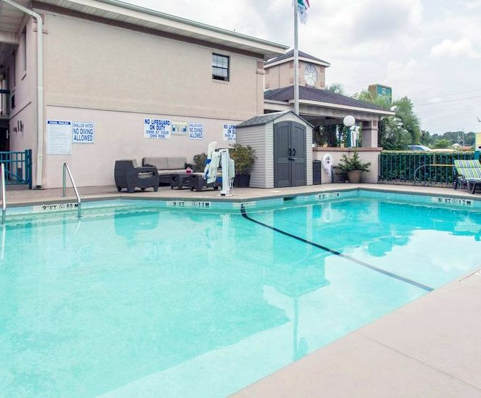 Outdoor Swimming Pool of Quality Inn Goose Creek SC