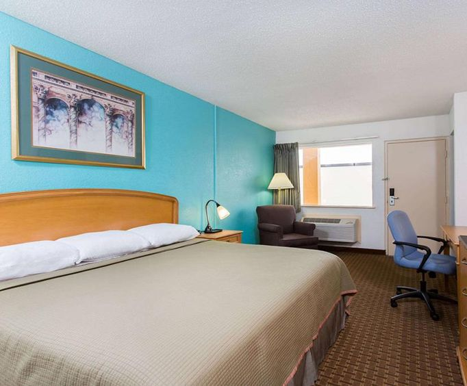 Howard Johnson Inn - Virginia Beach Room Photos