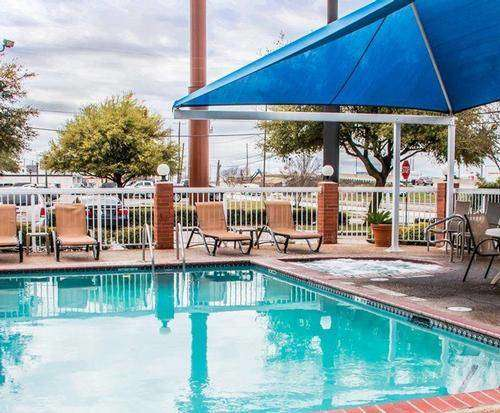 Outdoor Swimming Pool of Comfort Suites San Antonio