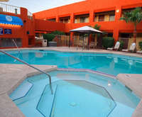 Outdoor Swimming Pool of Hotel Tempe/Phoenix Airport InnSuites at the Mall