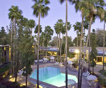Outdoor Swimming Pool of DoubleTree by Hilton Hotel Phoenix Tempe