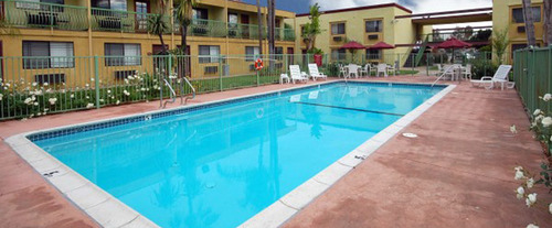Outdoor Swimming Pool of Comfort Inn & Suites Long Beach, CA