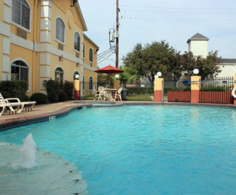 Outdoor Pool at Quality Suites North