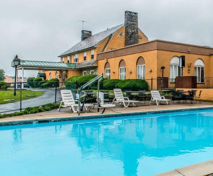 Outdoor Swimming Pool of Rodeway Inn Amish Country
