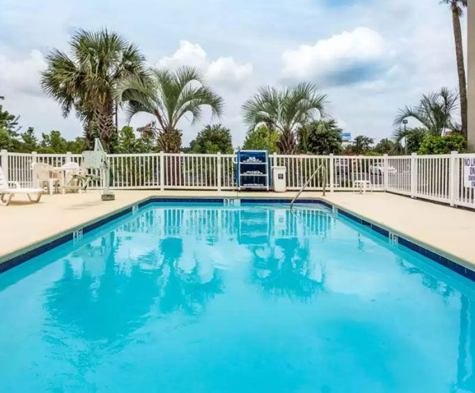 Outdoor Swimming Pool of Comfort Suites - Conway