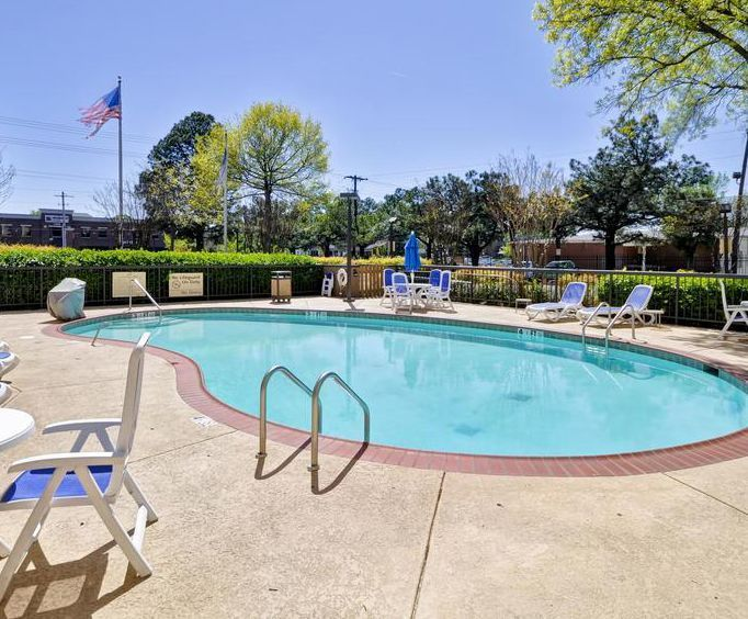 Outdoor Swimming Pool of Hampton Inn Memphis-Poplar