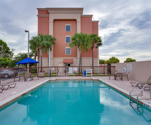 Outdoor Swimming Pool of Hampton Inn & Suites – Cape Coral/Fort Myers Area, Fl